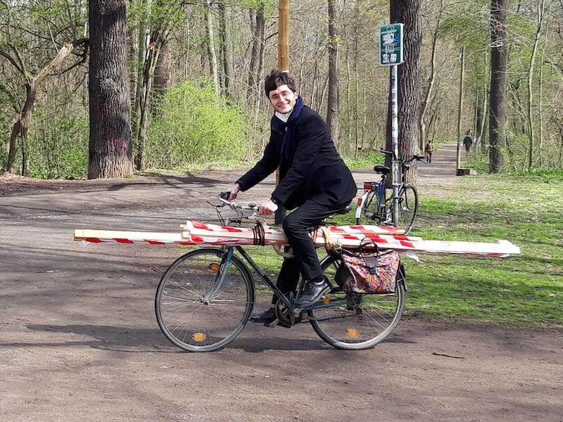 Ein Radfahrer transportiert ein Gehzeug